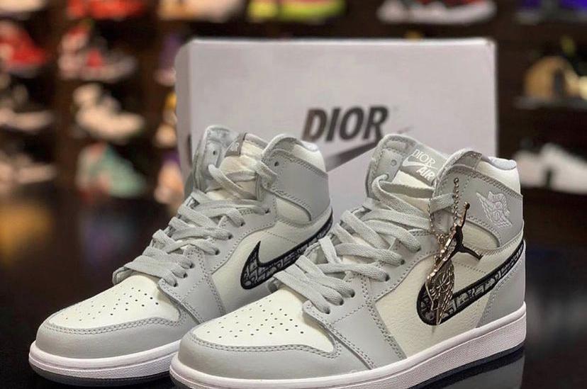 <p>Закупаем женские кроссовки от Nike air jordan collab dior. Объем закупа&nbsp;именно этой модели 10 пар.</p>