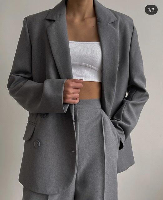 <p>Закупаем женскую и мужскую одежду: джинсовые изделия, трикотаж, платья, брюки, брючные костюмы, кожаные изделия из экокожи и&nbsp;футболки.&nbsp;На начальном этапе объем закупок на 8-10 млн рублей в год.</p>