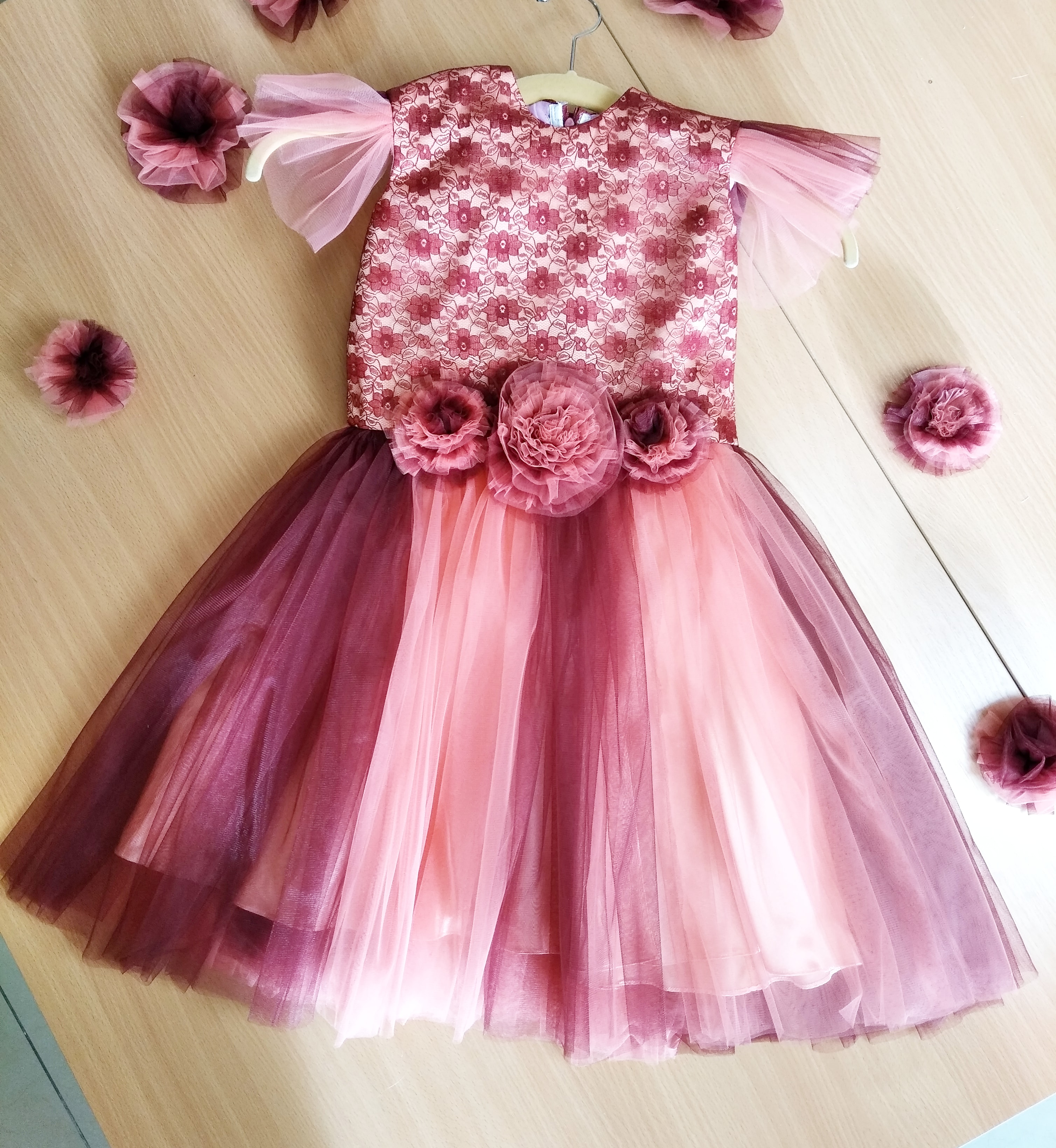 <p>PLease send&nbsp;a price catalog of dress and blouse fabrics - Armani silk, chiffon, viscose, velvet stretch, satin, tulle and other similar fabrics. Lace and accessories for dresses, blouses.</p>  <p>delivery conditions in Kaliningrad, Russia.</p>